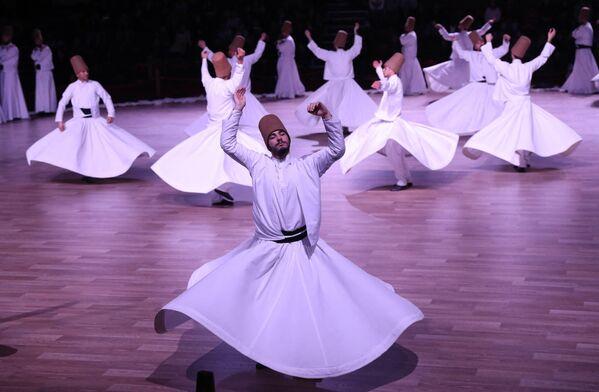La danza de los derviches —los miembros de la orden de los Mevlevíes, adeptos del sufismo— era sobre todo un ritual que se realizaba en los templos. Pero gracias a su espectacularidad mística y mágica cosechó mucha fama. Así que hoy en día goza de mucha popularidad en Turquía. El festival de los derviches se celebra anualmente en la ciudad turca de Iconio, en la tumba del famoso poeta y teólogo del sufismo Rumi, al que consideran su padre espiritual. - Sputnik Mundo