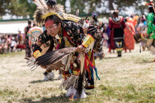 El pow wow es un encuentro social de muchas comunidades indígenas de América del Norte. Durante este evento los asistentes bailan, cantan y socializan para honrar sus culturas. El pow wow puede durar desde unos cuantos días hasta una semana. - Sputnik Mundo
