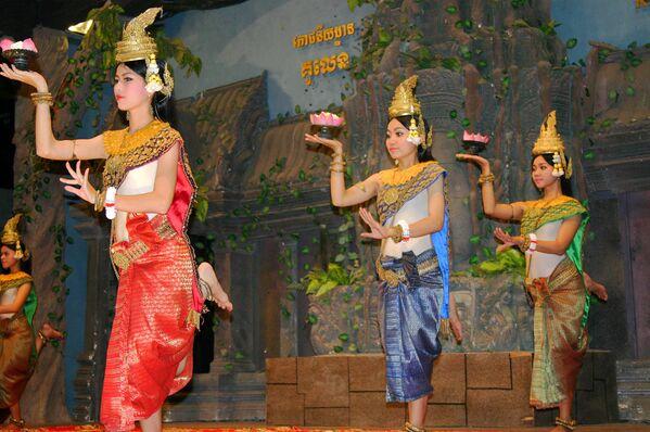 Como testifican numerosas imágenes de las apsarás, las bailarinas de cielo que decoran las paredes de los templos antiguos, la danza formaba parte de la cultura jemer durante por lo menos 2.000 años. Hace 1.000 años muchas mujeres aprendieron el arte de la danza en los templos, pero para principios del siglo XX eran menos de 50 las mujeres que aún lo dominaban. La danza clásica moderna jemer manifiesta una gran influencia de las tradiciones tailandesas. - Sputnik Mundo