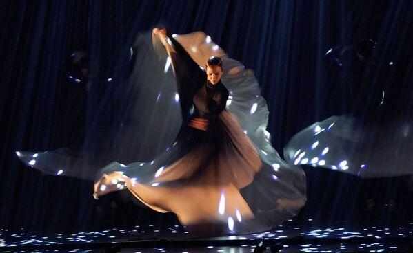 La fecha de nacimiento oficial del flamenco está fijada en el año 1785, cuando el dramaturgo español Juan Ignacio González del Castillo mencionó por primera vez esta palabra. Pero en realidad su historia cuenta con más de diez siglos. Hay que buscar los orígenes del estilo musical flamenco en la cultura musical mauritana. La música gitana también influyó mucho en esta danza. En el 2010 el flamenco fue incluido en la Lista de Patrimonio Mundial de la Unesco.En la foto: una bailadora actúa en el festival de flamenco en Nueva York. - Sputnik Mundo