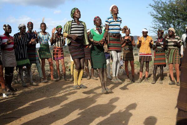 El salto sobre el toro es un rito de iniciación de la tribu etíope hamer y uno de los más antiguos conservados hasta nuestros días. Le precede una danza femenina peculiar durante la cual las familiares de un joven que se somete al ritual pasan entre los congregados, saltan muy alto y, para demostrar su lealtad y su capacidad de superar el dolor, les piden a los hombres que les azoten la espalda. - Sputnik Mundo