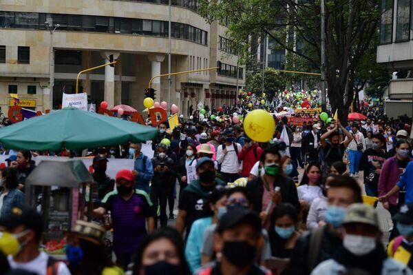 Bajo la lluvia pero con alegría marcharon los manifestantes en Bogotá - Sputnik Mundo