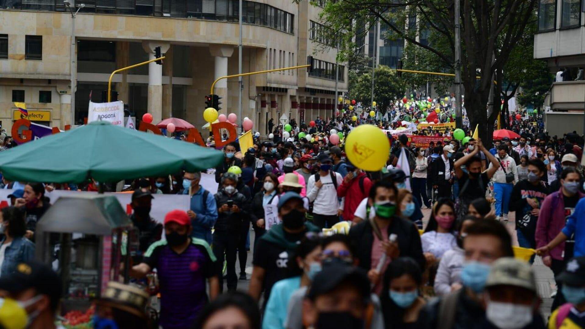 Bajo la lluvia pero con alegría marcharon los manifestantes en Bogotá - Sputnik Mundo, 1920, 20.08.2021