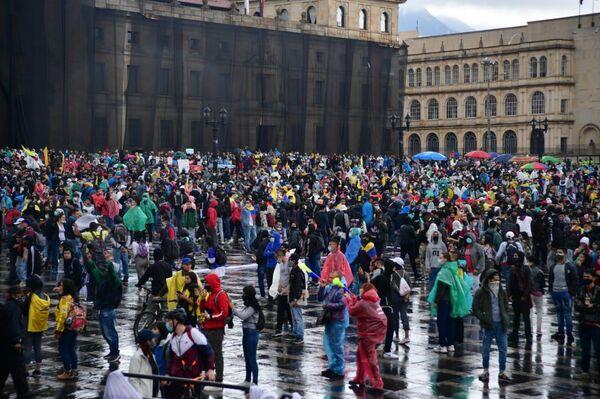 Miles de ciudadanos indignados por la reforma tributaria del Gobierno colombiano marcharon en las principales ciudades del país - Sputnik Mundo