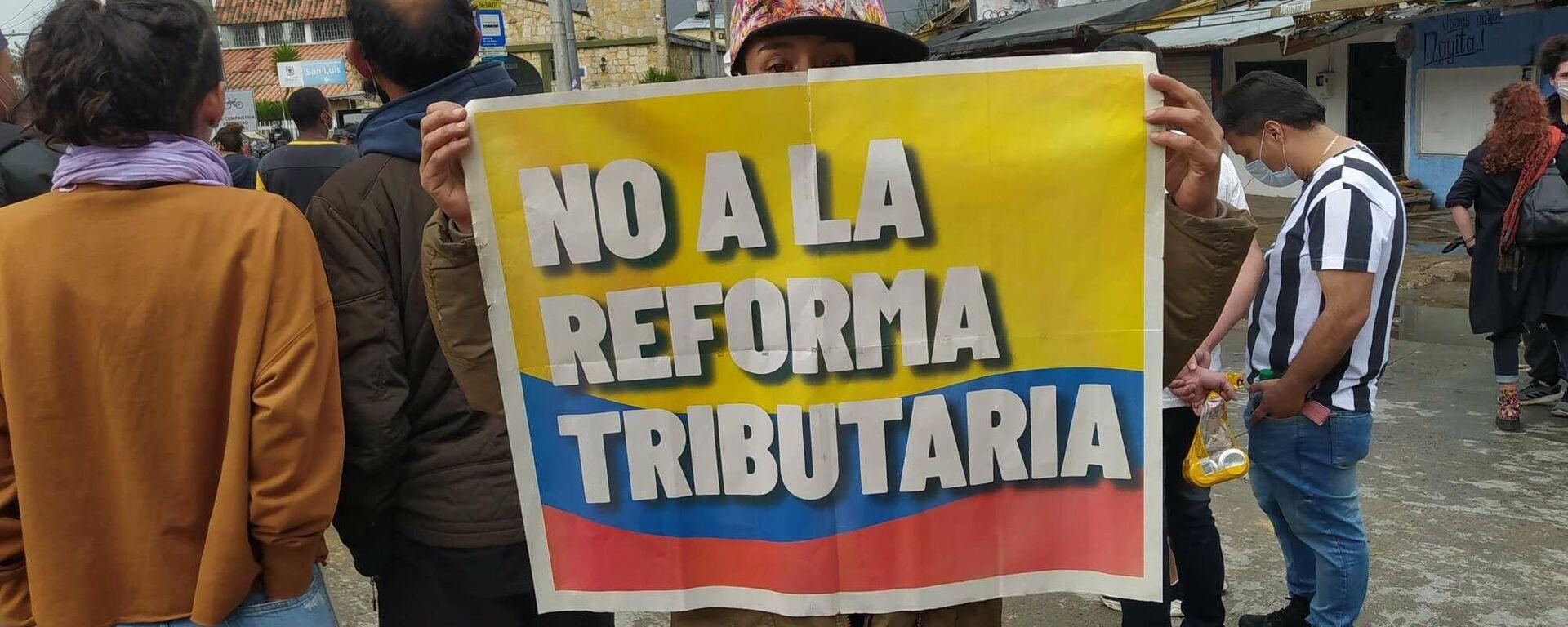 Una manifestante con un cartel contra la reforma propuesta por el Gobierno de Iván Duque - Sputnik Mundo, 1920, 29.04.2021