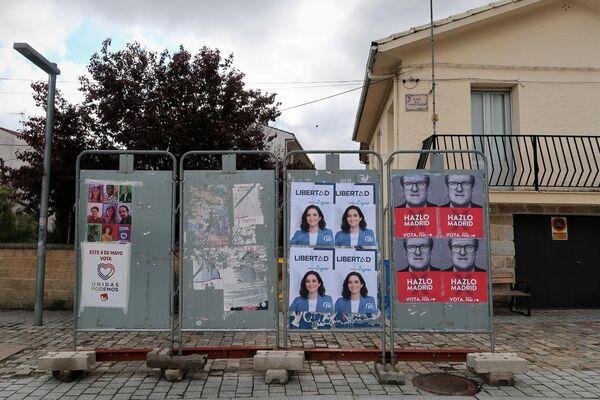 Carteles electorales en Bustarviejo, un pueblo del norte de Madrid - Sputnik Mundo
