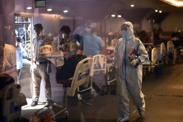 Los hospitales de la India están a rebosar. Se forman enormes colas de enfermos de coronavirus para acceder a los centros sanitarios. En la foto: uno de los hospitales de Delhi. - Sputnik Mundo