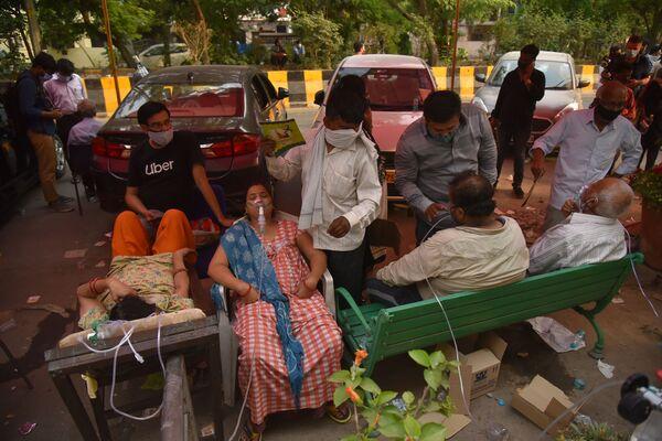 Según los virólogos, la terrible ola de COVID-19 declarada por el primer ministro indio, Narendra Modi, azotará el país tres semanas más como mínimo. Al mismo tiempo, el número real de enfermos y fallecidos puede superar los datos estadísticos oficiales debido a las dimensiones de la catástrofe. En la foto: varias personas con problemas respiratorios reciben oxígeno en el principal templo sij de la ciudad de Delhi, Gurdwara Bangla Sahib. - Sputnik Mundo
