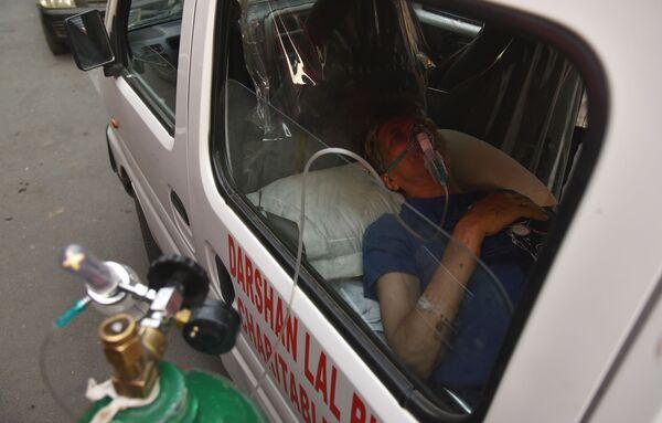 La catástrofe de coronavirus en la India amenaza con agravar la situación sanitaria en todo el mundo. Para impedirlo, muchos países han ofrecido su apoyo. Así, el Reino Unido le envió respiradores y reservas de oxígeno al país, y EEUU anuló temporalmente la prohibición de exportar materiales para fabricar la vacuna de AstraZeneca. El 1 de mayo, la India recibirá el primer lote de la vacuna Sputnik V.    - Sputnik Mundo