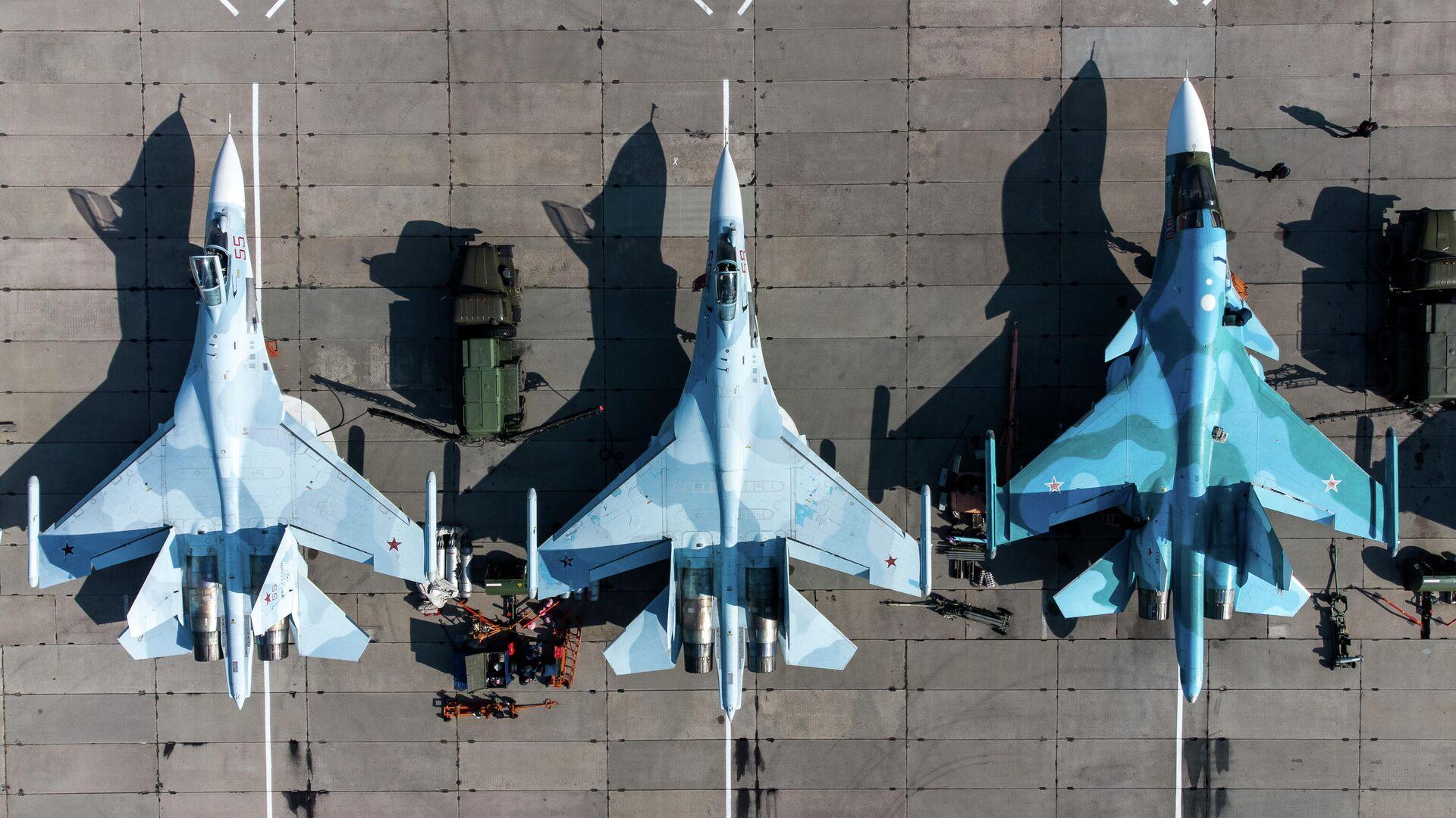 Unos cazas multipropósito Su-35S (a la izquierda) y cazabombardero SU-34 (a la derecha) de las Fuerzas Aeroespaciales de Rusia - Sputnik Mundo, 1920, 29.04.2021