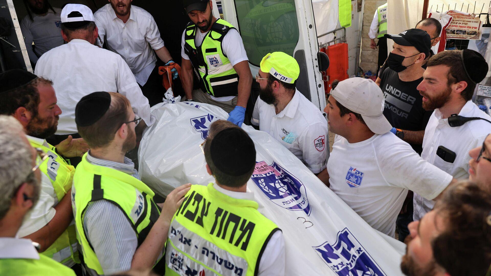 Rescatistas llevan un cadáver a una ambulancia en el Monte Meron, en Israel - Sputnik Mundo, 1920, 30.04.2021