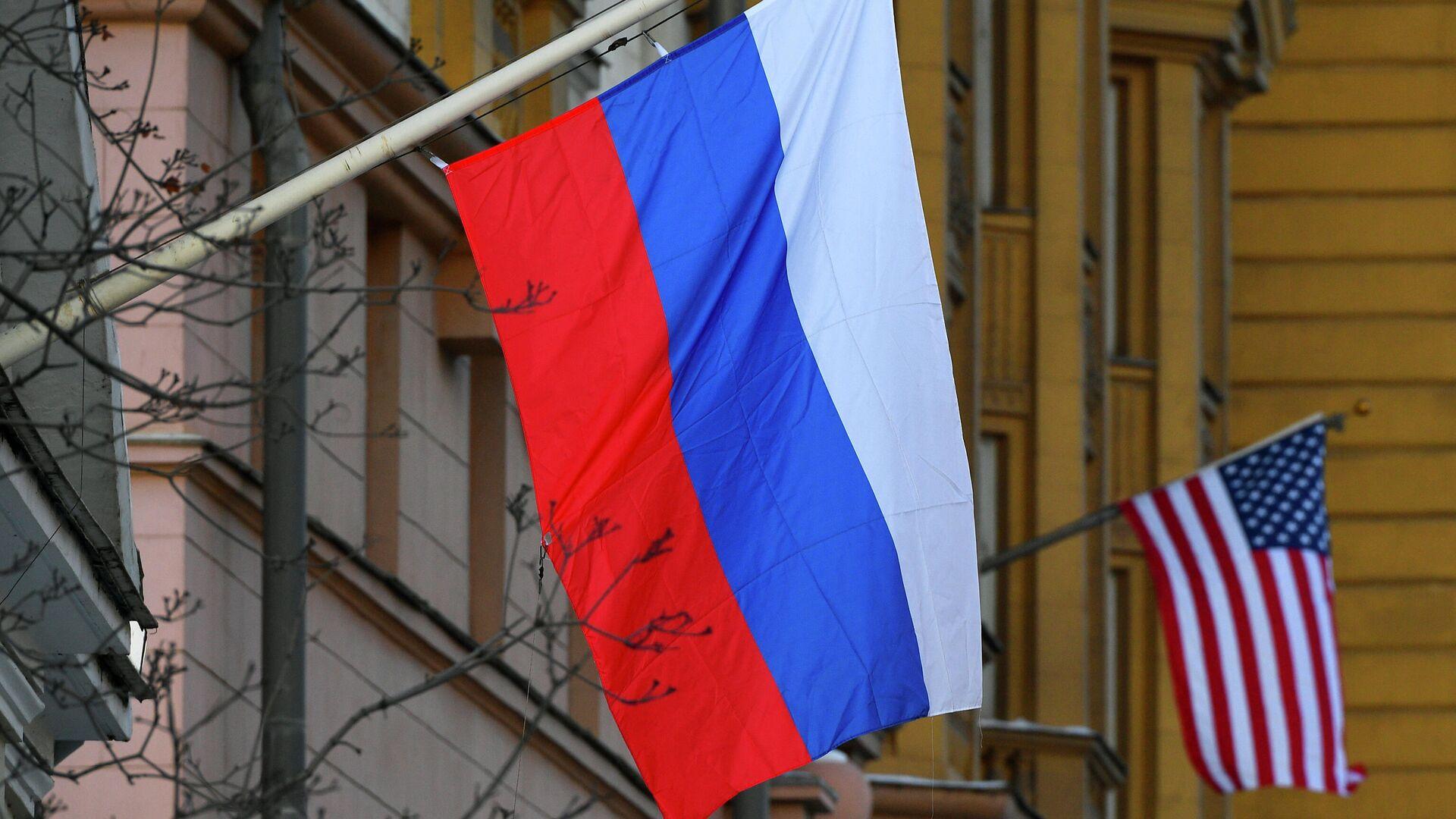 Banderas de Rusia y EEUU en la Embajada estadounidense en Moscú - Sputnik Mundo, 1920, 30.04.2021