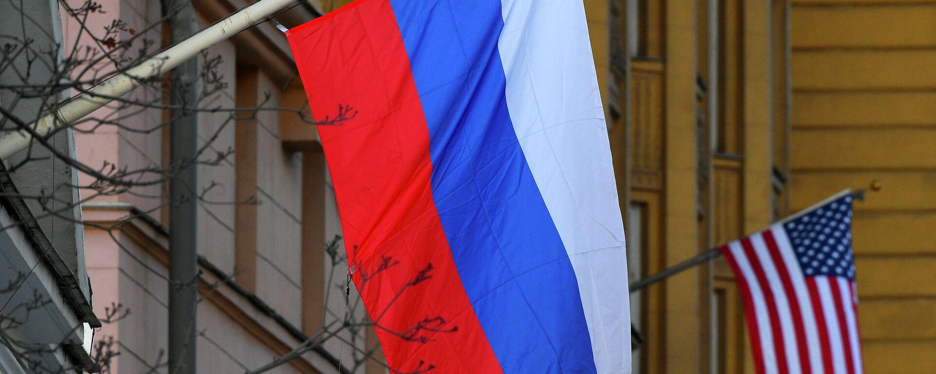 Banderas de Rusia y EEUU en la Embajada estadounidense en Moscú - Sputnik Mundo, 1920, 10.07.2021