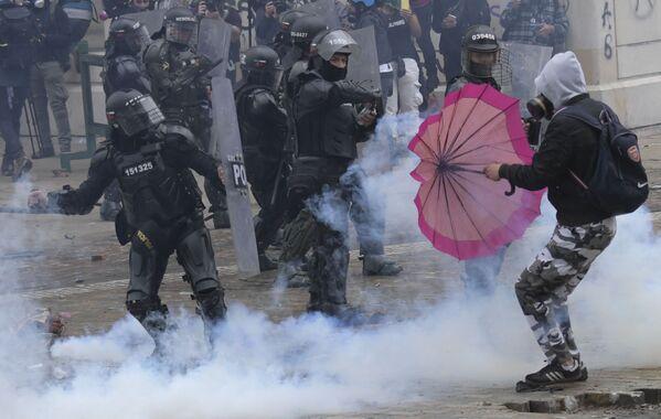 Choques entre los manifestantes y la Policía en Bogotá. - Sputnik Mundo
