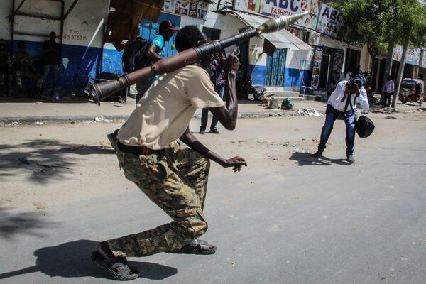 Un militar somalí de las fuerzas antigubernamentales en Mogadiscio, Somalia. - Sputnik Mundo