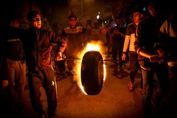 Los palestinos queman neumáticos durante la concentración en Gaza en defensa de uno de los principales lugares sagrados del Islam, la mezquita de al Aqsa en Jerusalén. - Sputnik Mundo