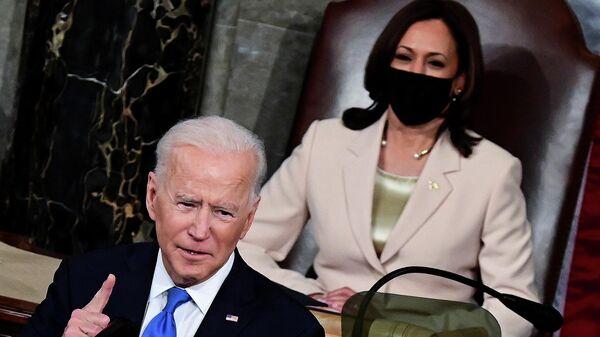 Joe Biden, presidente de EEUU, y Kamala Harris, vicepresidenta de EEUU - Sputnik Mundo