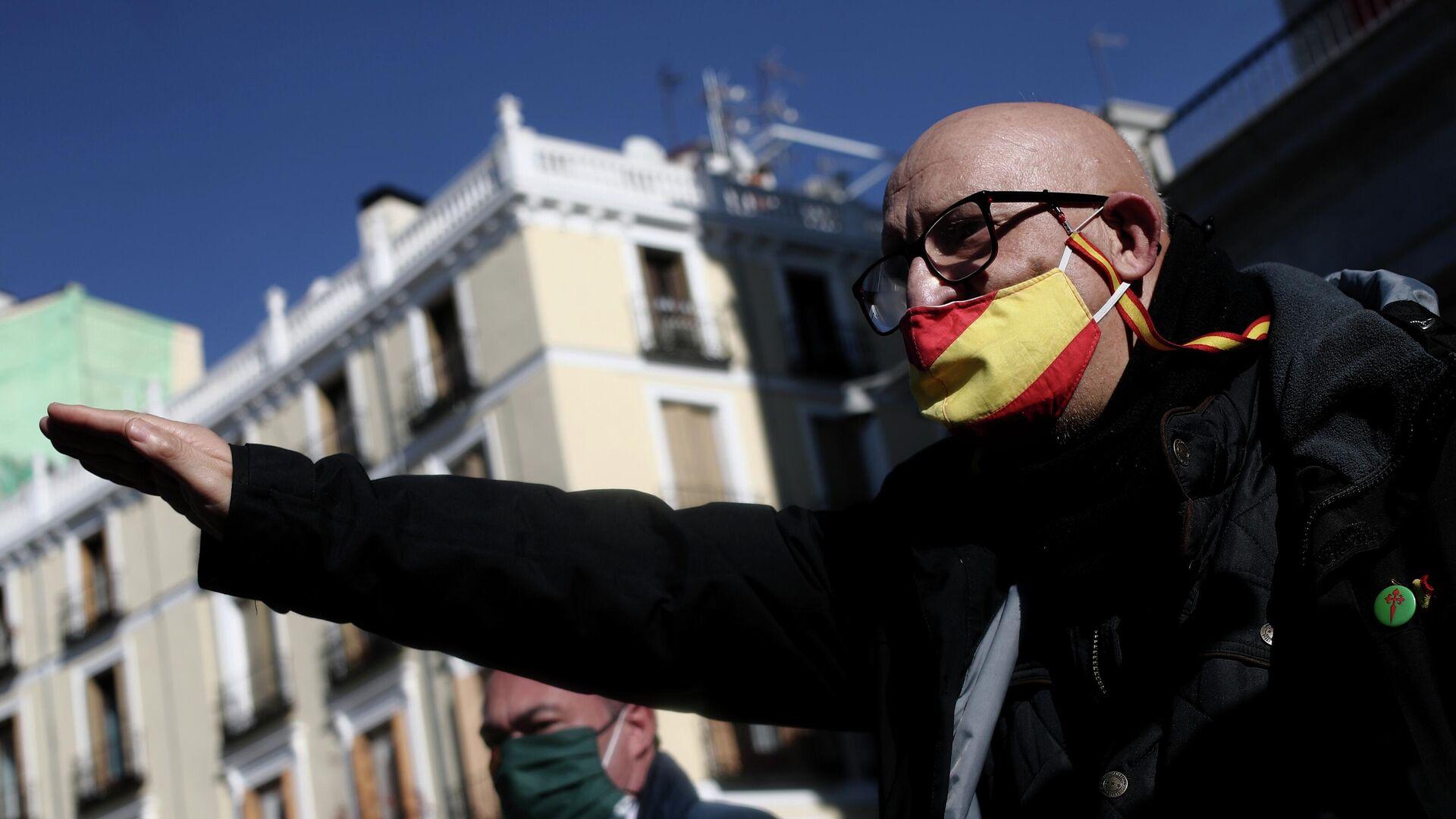 Un asistente a una manifestación franquista en Madrid - Sputnik Mundo, 1920, 01.05.2021