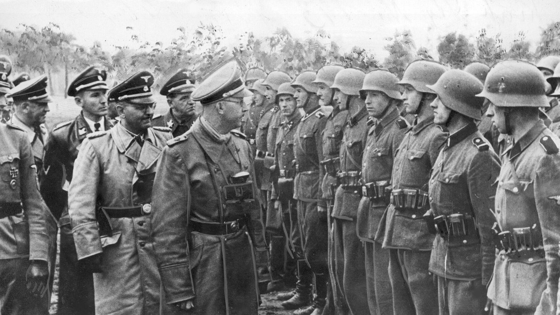 Heinrich Himmler, comandante de las unidades de élite nazis Waffen-SS, revisa las tropas de la División Galizien, compuesta mayoritariamente por voluntarios colaboradores ucranianos, en mayo de 1943 - Sputnik Mundo, 1920, 01.05.2021