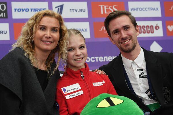 Trúsova junto con Eteri Tutberidze y el coreógrafo Daniil Gleikhengauz - Sputnik Mundo