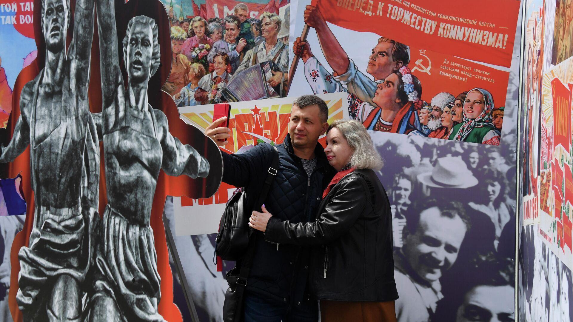 La gente se toma fotos frente a los carteles soviéticos para la fiesta del 1 de mayo - Sputnik Mundo, 1920, 01.05.2021