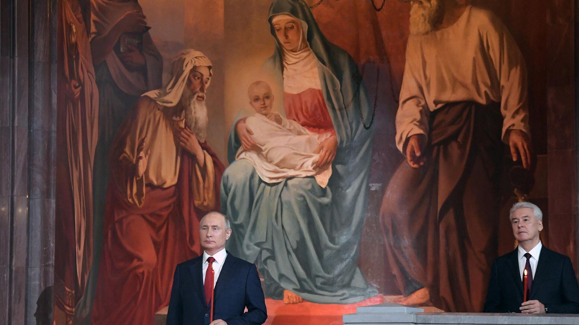 El presidente de Rusia, Vladímir Putin, y el alcalde de Moscú, Serguéi Sobianin, celebran la Pascua en la Catedral de Cristo Salvador - Sputnik Mundo, 1920, 02.05.2021