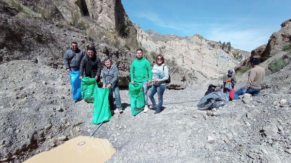 Los bolivianos limpian la basura en el Valle de las Ánimas - Sputnik Mundo