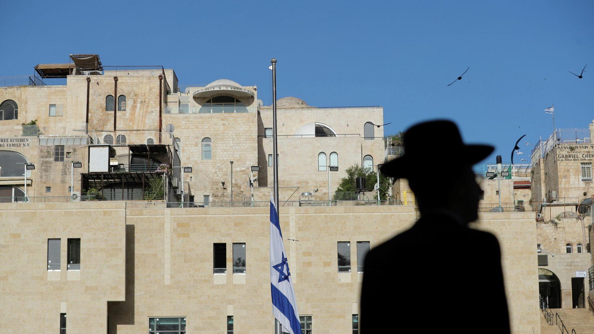 Bandera israelí izada a media asta con motivo del luto nacional por las 45 víctimas del Monte Merón - Sputnik Mundo, 1920, 02.05.2021