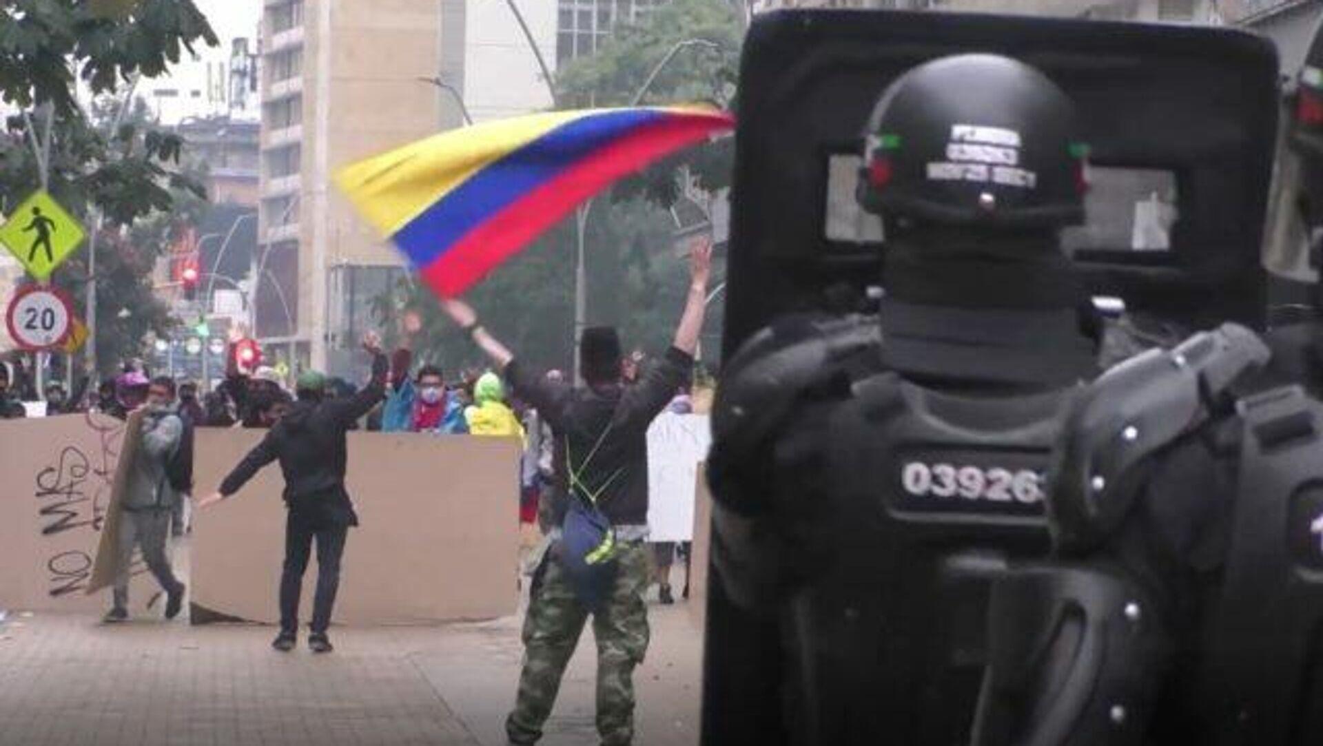 La reforma tributaria sume a Colombia en protestas en medio de gases, policías y militares - Sputnik Mundo, 1920, 02.05.2021