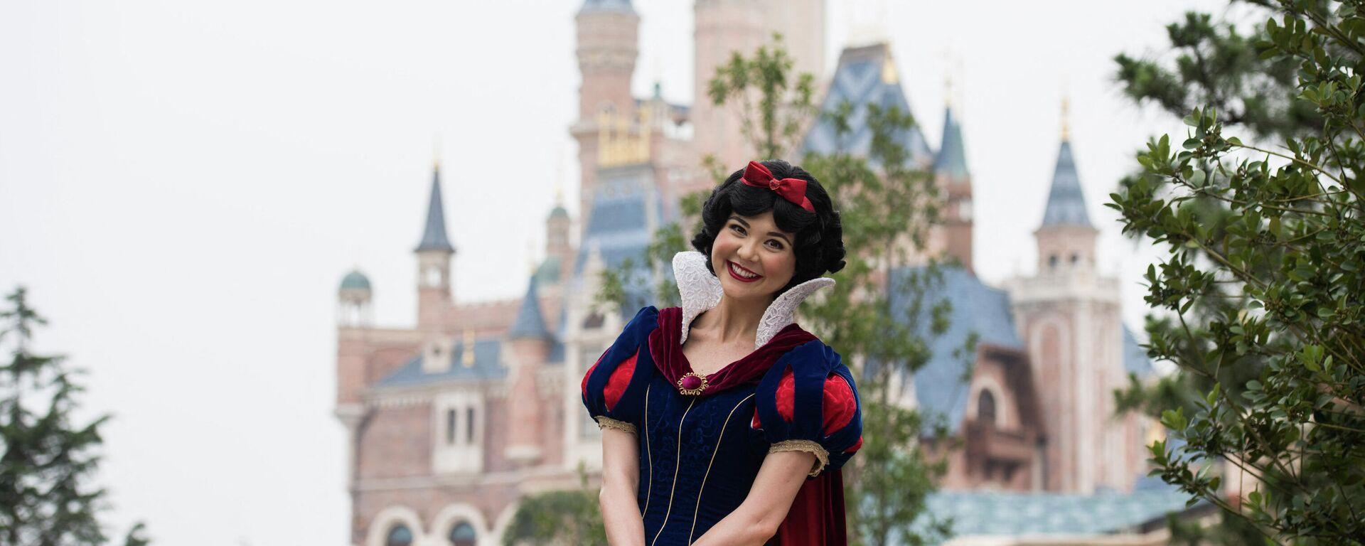Una actriz vestida de Blancanieves en la Disneyland de Shanghái, China - Sputnik Mundo, 1920, 03.05.2021