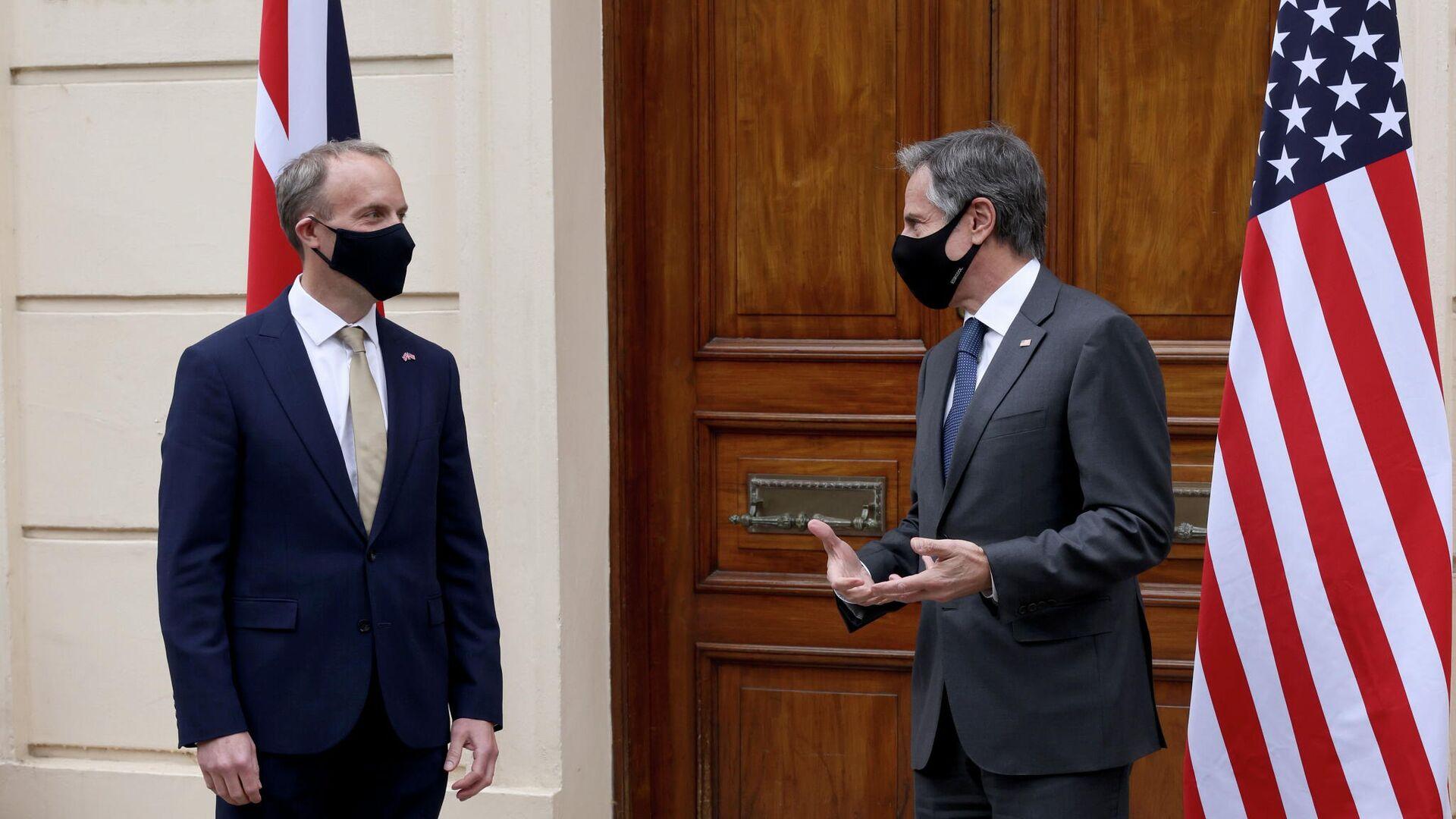 El secretario de Relaciones Exteriores de Reino Unido, Dominic Raab, con el secretario de Estado (canciller) de Estados Unidos, Antony Blinken - Sputnik Mundo, 1920, 03.05.2021