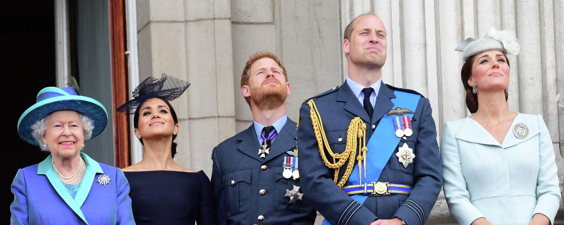 Meghan Markle, junto a la reina Isabel II, el príncipe Harry, el príncipe William y Kate Middleton - Sputnik Mundo, 1920, 03.05.2021