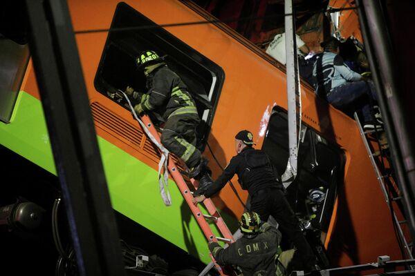 Las unidades de emergencias, los bomberos, rescatistas y policías se unieron para llevar a cabo las operaciones de rescate para evacuar a las víctimas del accidente. En la foto: los rescatistas revisan uno de los vagones del metro. - Sputnik Mundo