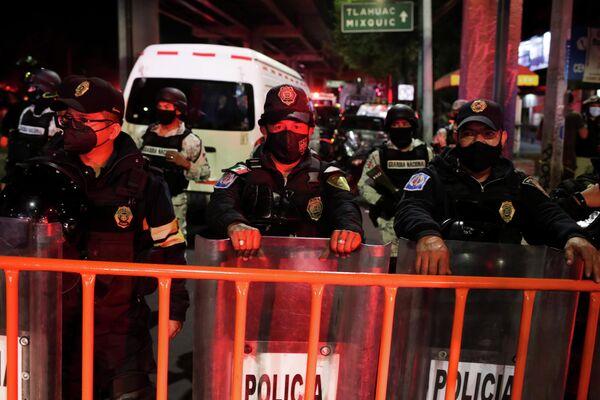Cada tren del metro capitalino posee nueve vagones capaces de transportar a 1.500 pasajeros, 350 personas sentadas y 1.150 pasajeros de pie. En total, los trenes del metro de la Ciudad de México transportan unos 4,6 millones de pasajeros, una cantidad similar al metro de Nueva York que transporta a 4,9 millones de personas diariamente. En la foto: la policía mexicana acordonó el lugar del accidente para que se lleven a cabo las operaciones de rescate en el menor tiempo posible. - Sputnik Mundo