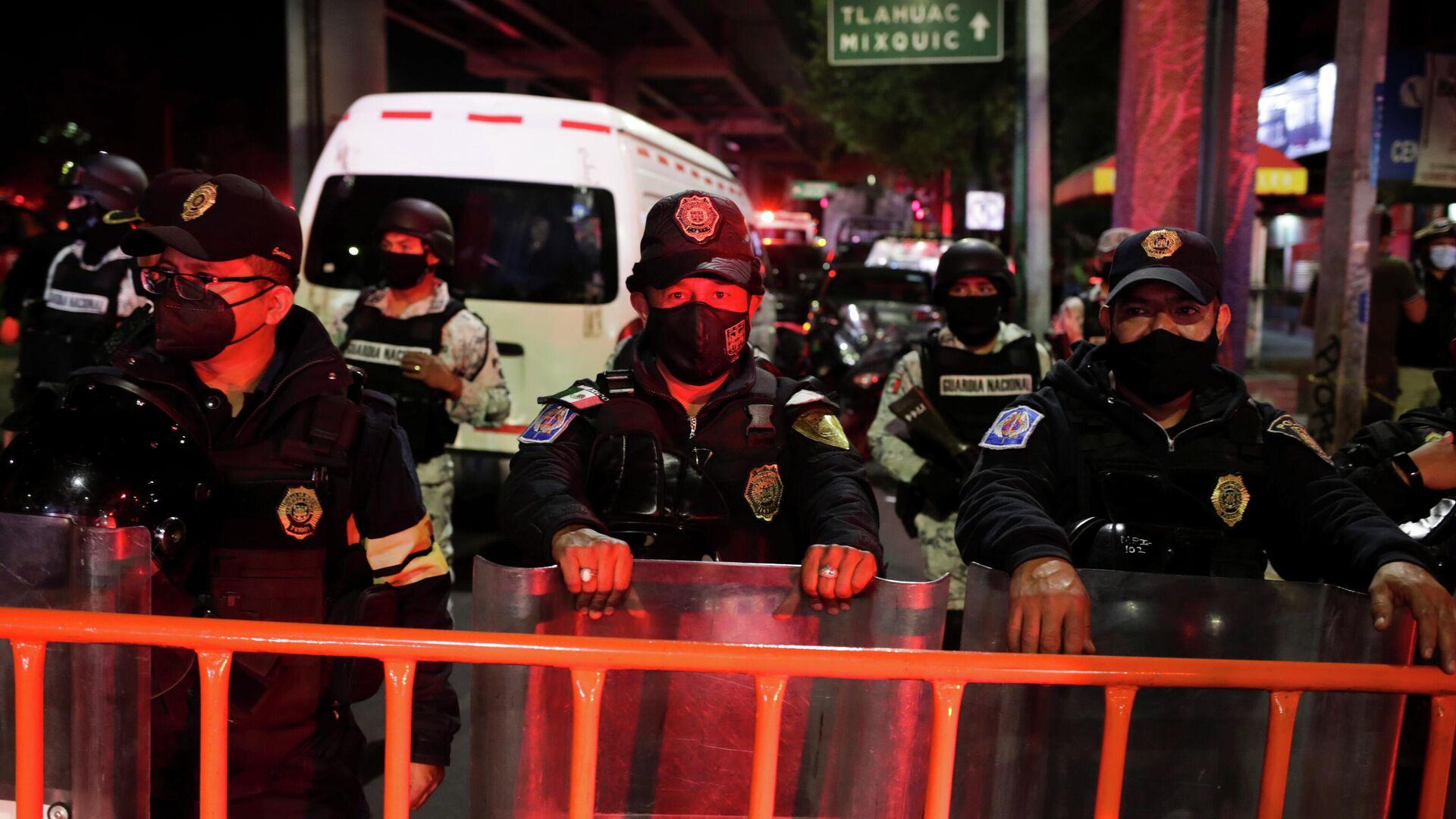 Los policías mexicanos resguardan el lugar donde colapsó el metro en la ciudad de México - Sputnik Mundo, 1920, 04.05.2021