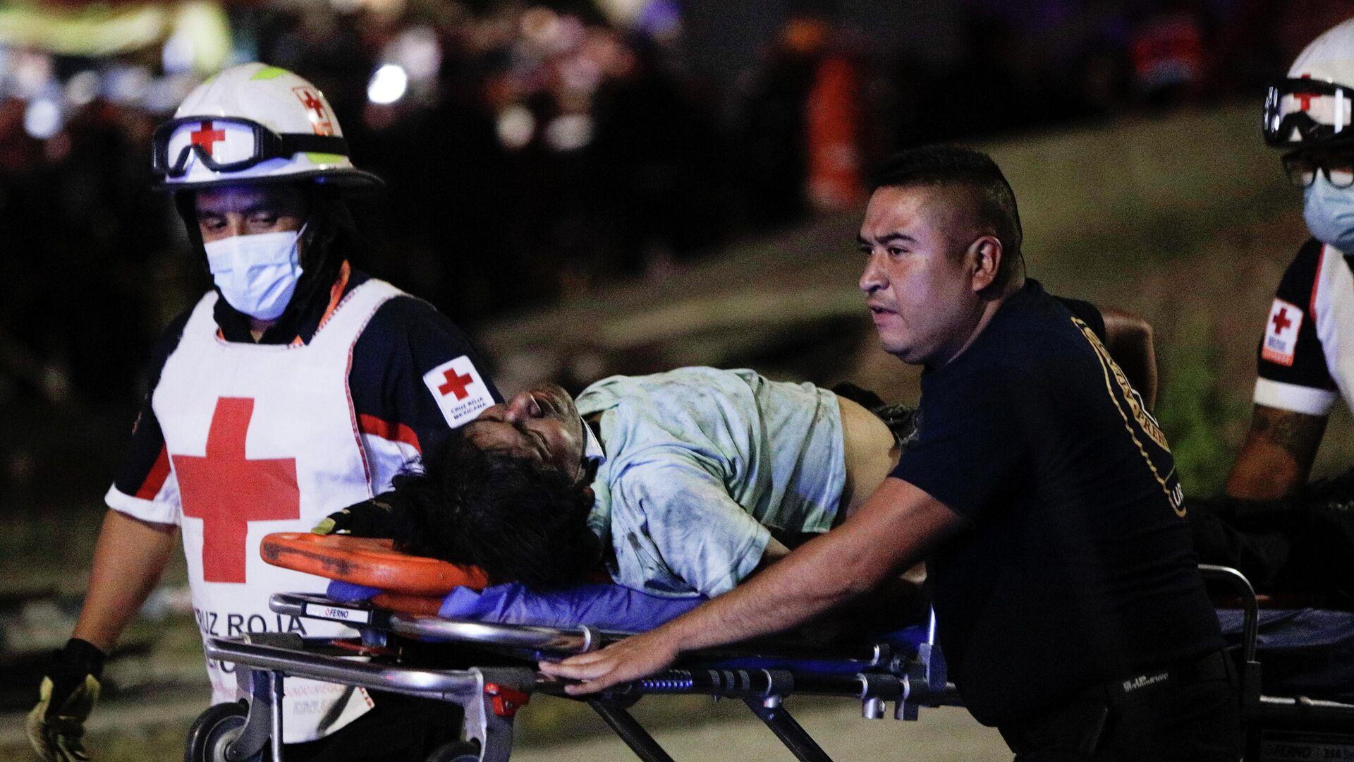 Los rescatistas evacúan a las víctimas del accidente tras el desplome del metro en la Ciudad de México - Sputnik Mundo, 1920, 04.05.2021