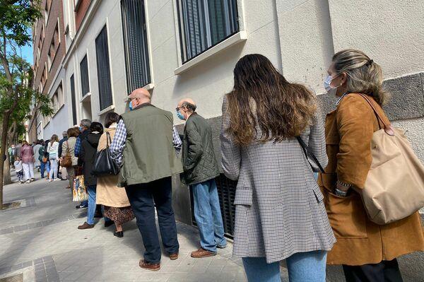 Largas colas en los colegios electorales para votar en las elecciones a la Comunidad de Madrid - Sputnik Mundo