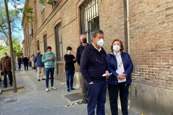 Ciudadanos haciendo cola para votar en las elecciones a la Comunidad de Madrid - Sputnik Mundo