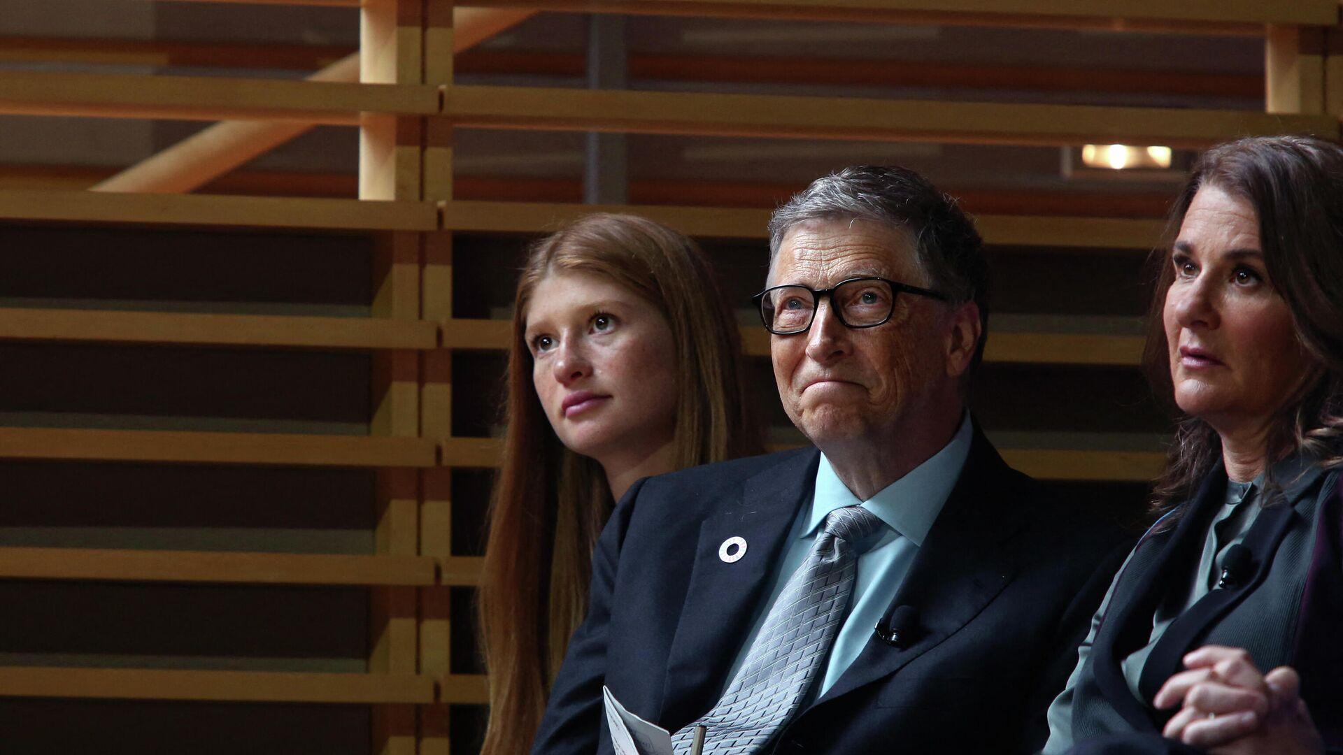 Jennifer Gates y sus padres, Bill y Melinda Gates, en un evento el 2017 - Sputnik Mundo, 1920, 04.05.2021
