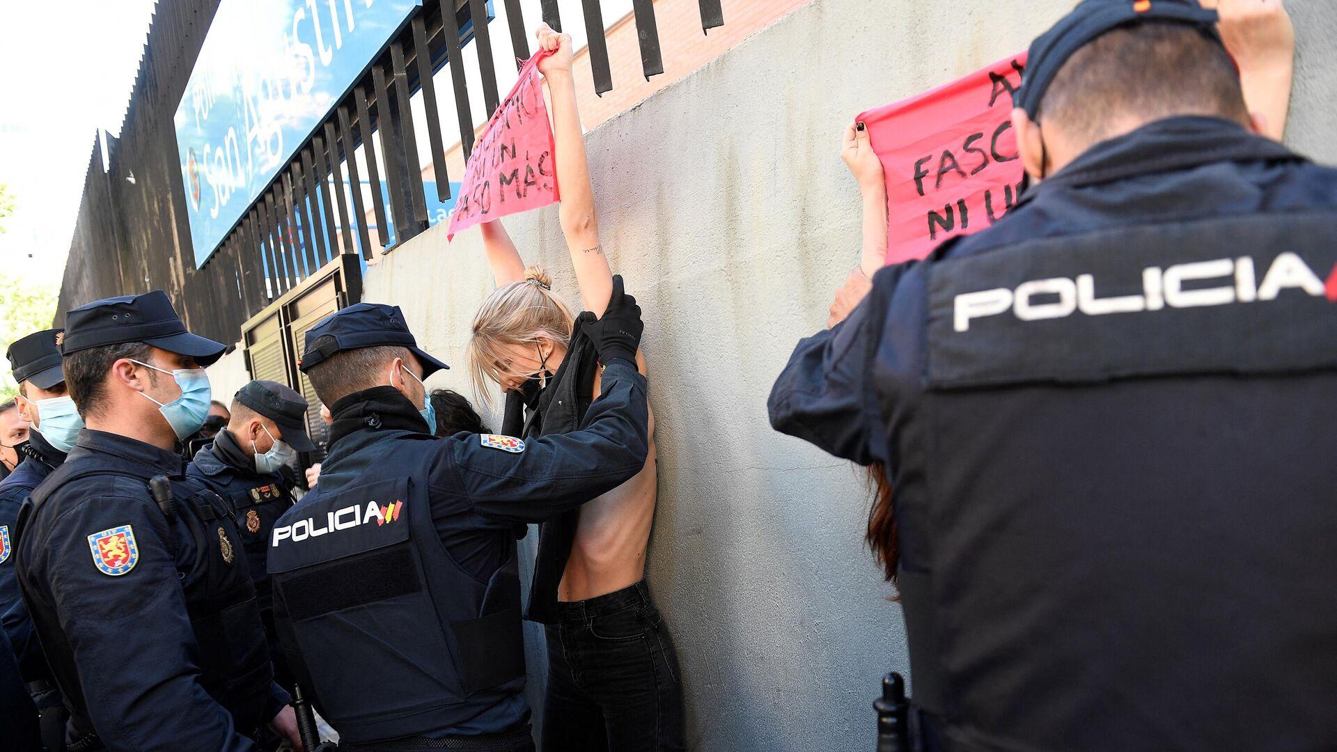 Una activista de Femen protesta durante las elecciones de Madrid  - Sputnik Mundo, 1920, 04.05.2021