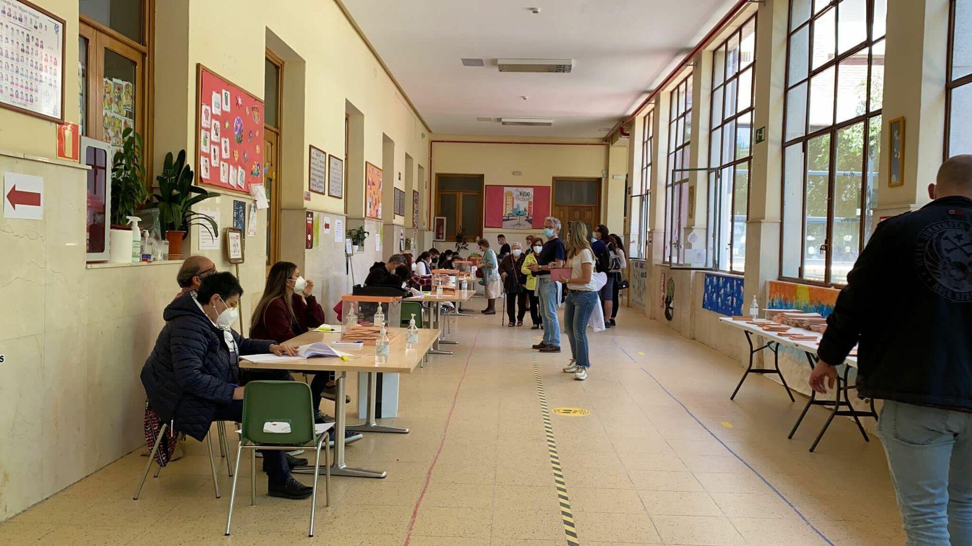Interior de un colegio electoral en Puerta del Ángel en las elecciones del 4 de mayo a la Comunidad de Madrid - Sputnik Mundo, 1920, 04.05.2021