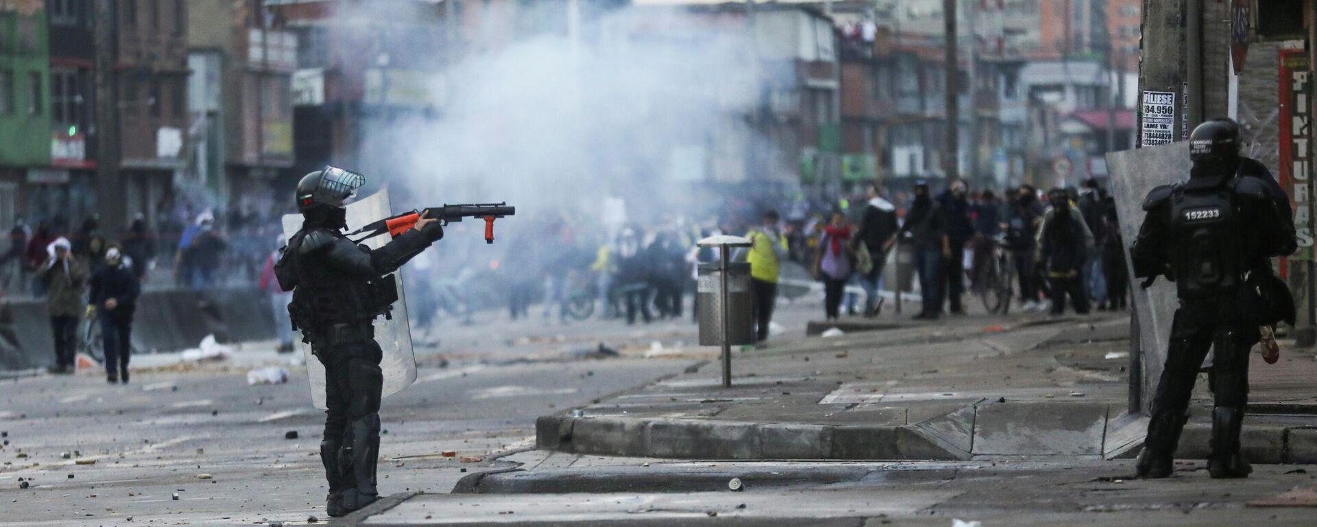 Un efectivo policial de Colombia durante las protestas de abril y mayo de 2021 - Sputnik Mundo, 1920, 04.05.2021