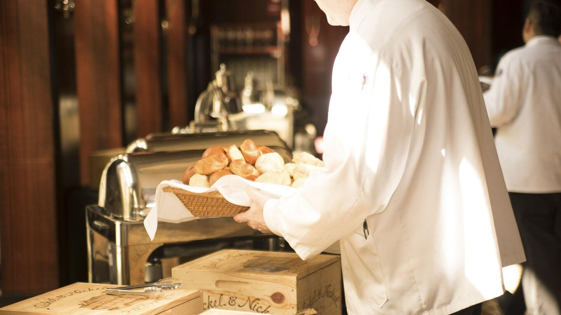 Un mozo, camarero, de restaurante. Imagen referencial - Sputnik Mundo, 1920, 04.05.2021