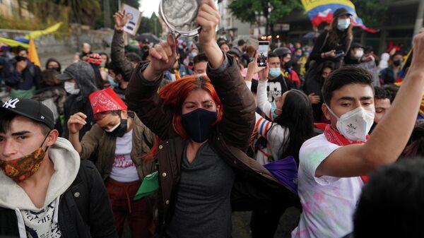 Manifestantes durante una protesta contra el Gobierno en Bogotá el 4 de mayo de 2021 - Sputnik Mundo