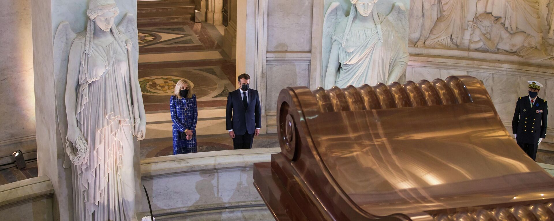 El presidente francés, Emmanuel Macron, frente a la tumba de Napoleón - Sputnik Mundo, 1920, 05.05.2021