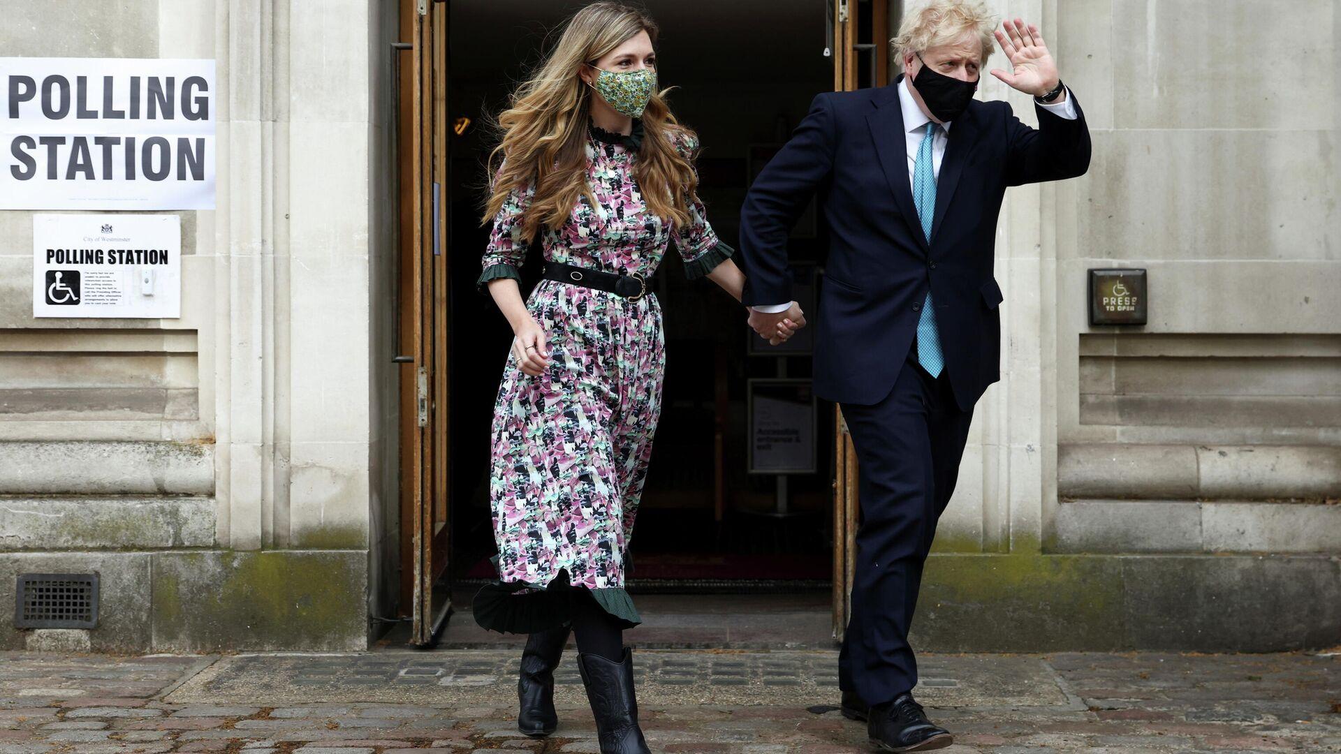 Boris Johnson, el primer ministro británico, con su prometida, Carrie Symonds, durante las elecciones en Londres, el Reino Unido, el 6 de mayo de 2021 - Sputnik Mundo, 1920, 06.05.2021