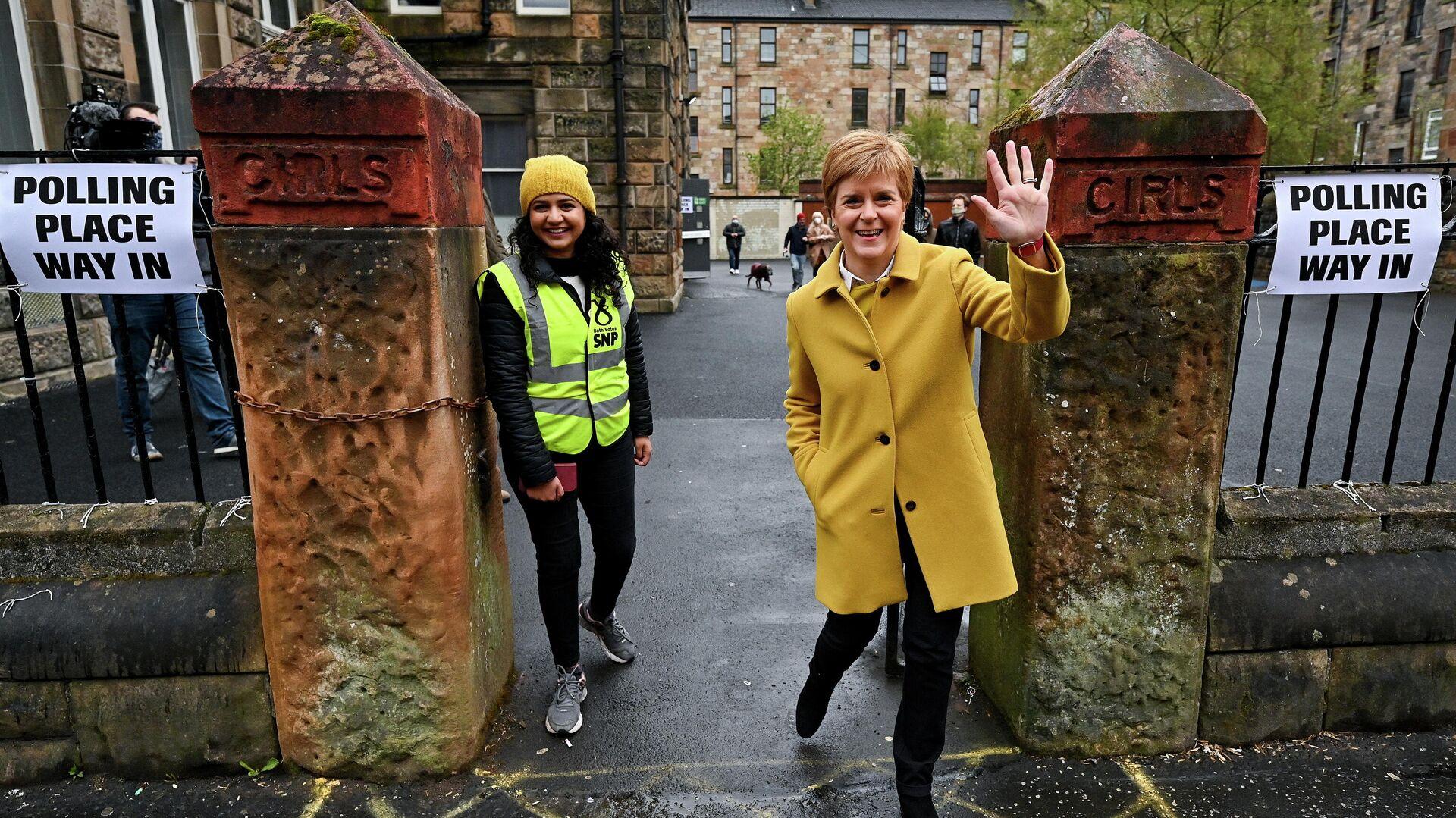 La primera ministra de Escocia, Nicola Sturgeon, acompaña a la candidata por el Partido Nacional Escocés (SNP), Rosa Salih, en las elecciones en Escocia, el 6 de mayo de 2021 - Sputnik Mundo, 1920, 06.05.2021