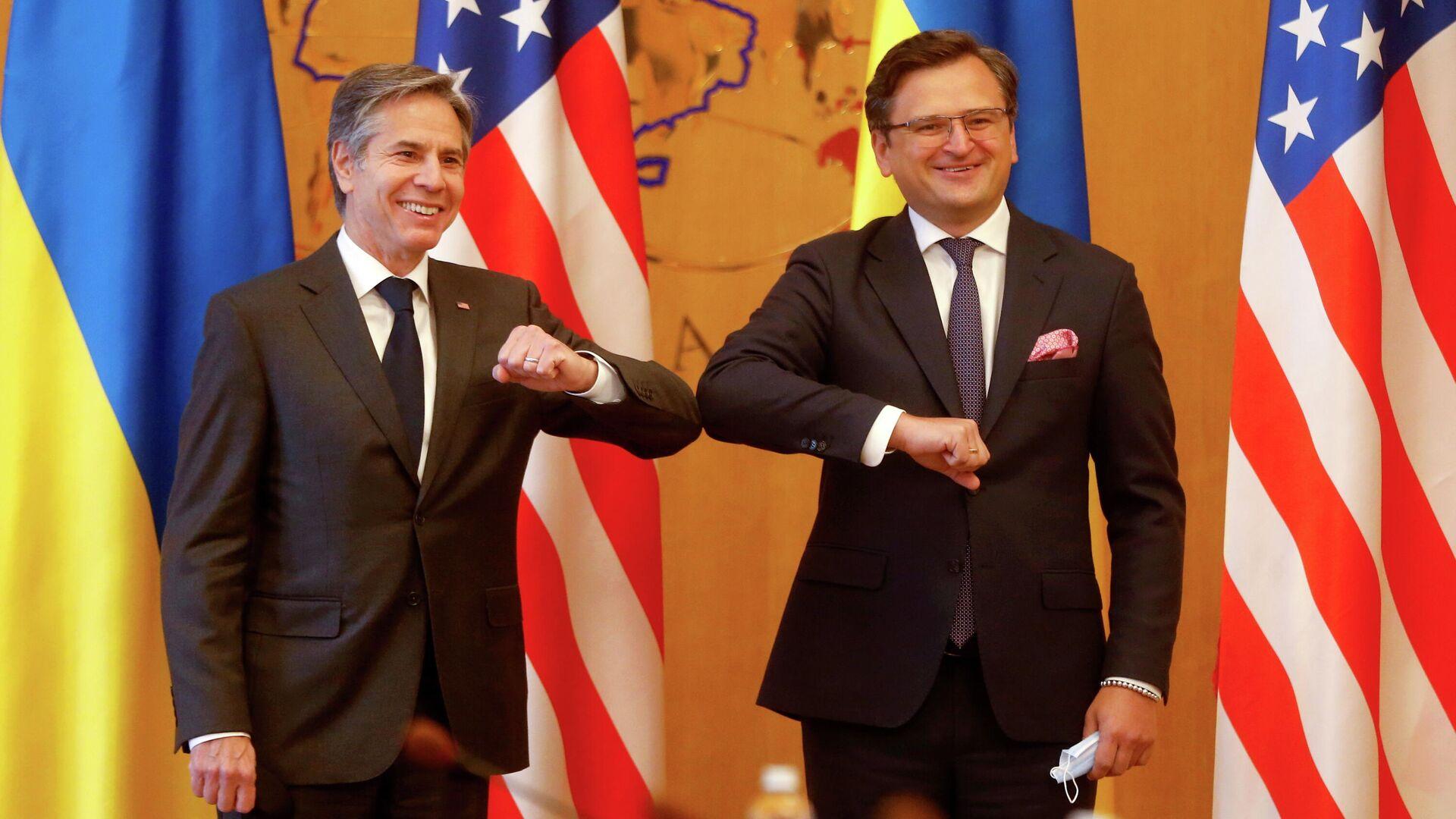 El secretario de Estado de EEUU, Antony Blinken, con el canciller ucraniano, Dmitri Kuleba, en Kiev - Sputnik Mundo, 1920, 06.05.2021