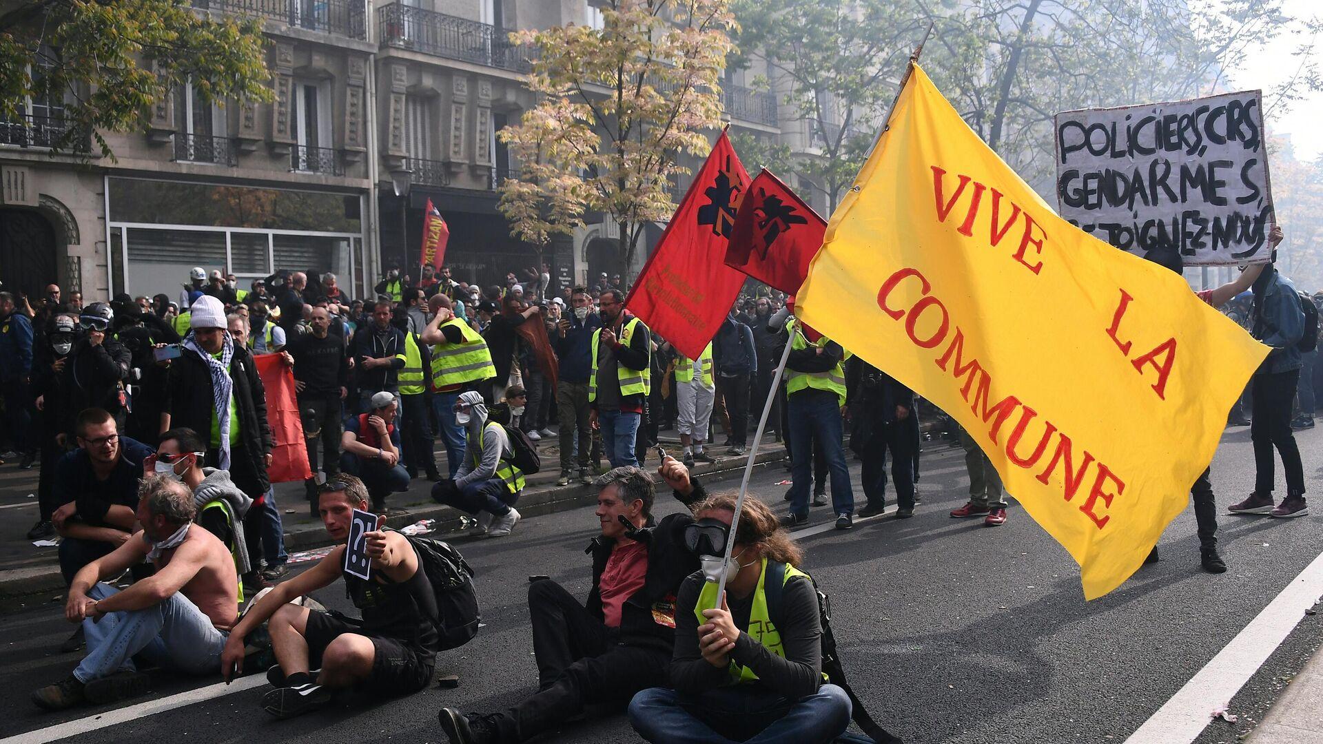 Manifestantes en París con una pancarta de la Comuna durante la celebración del 1 de mayo en 2019 - Sputnik Mundo, 1920, 07.05.2021