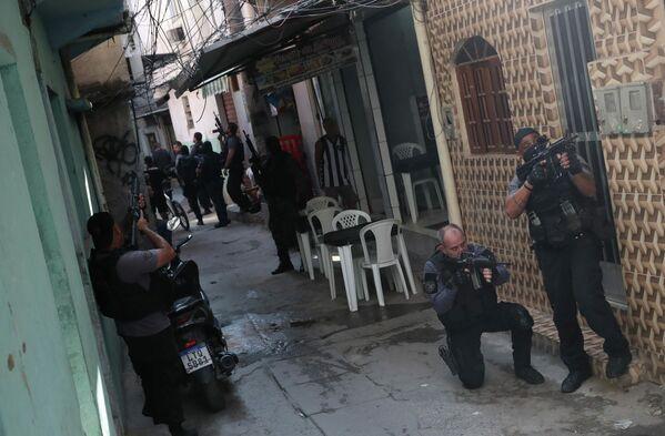 Los agentes de la Policía Civil durante una operación en el barrio de Jacarezinho que se saldó con decenas de narcotraficantes fallecidos en Río de Janeiro (Brasil), el 6 de mayo de 2021. - Sputnik Mundo